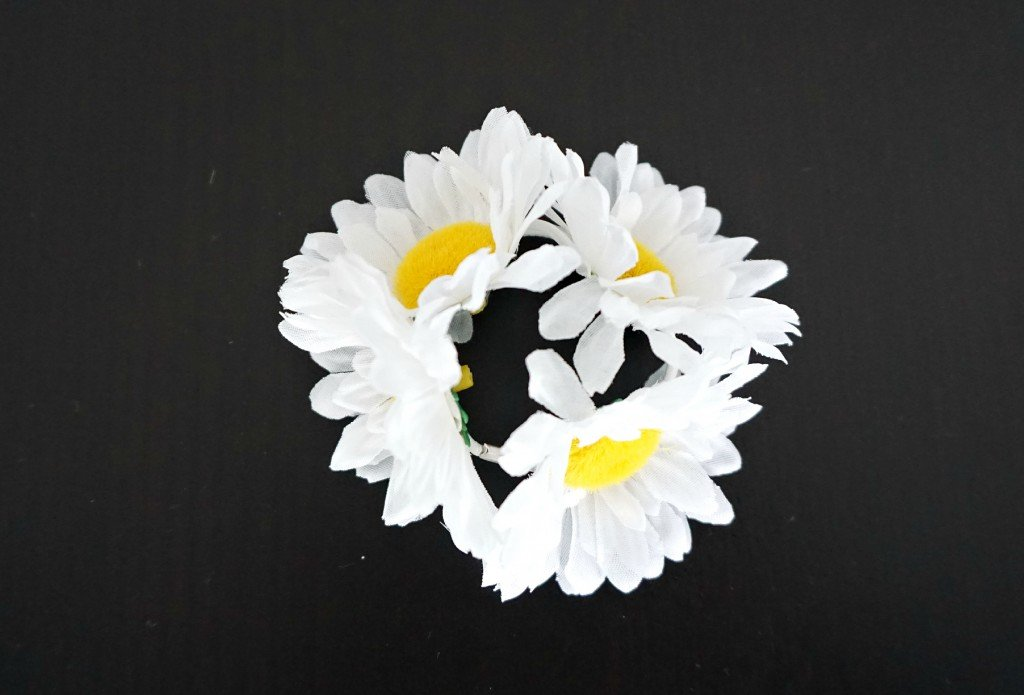 How to make your own easy & chic Faux Flower Daisies Hair Band | A DIY by The Makeup Dummy
