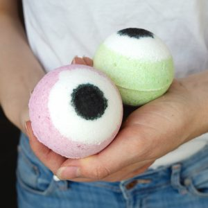 PERFECT HALLOWEEN CRAFT IDEA! This is creepy and cute at the same time. Follow this easy step by step to tutorial to make your own Halloween inspired Eyeball Bath Bombs and watch the video to see them bubble and fizz! #diybathbombs