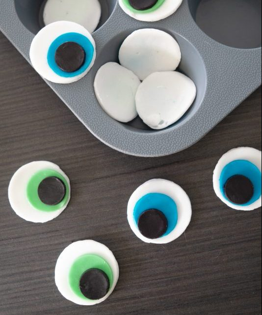 This is the PERFECT HALLOWEEN CRAFT IDEA for kids or adults! These Halloween Soaps are creepy and cute at the same time. Follow this easy step by step to tutorial to make your own Halloween Soaps inspired by Monster Eyeballs! Tutorial by The Makeup Dummy