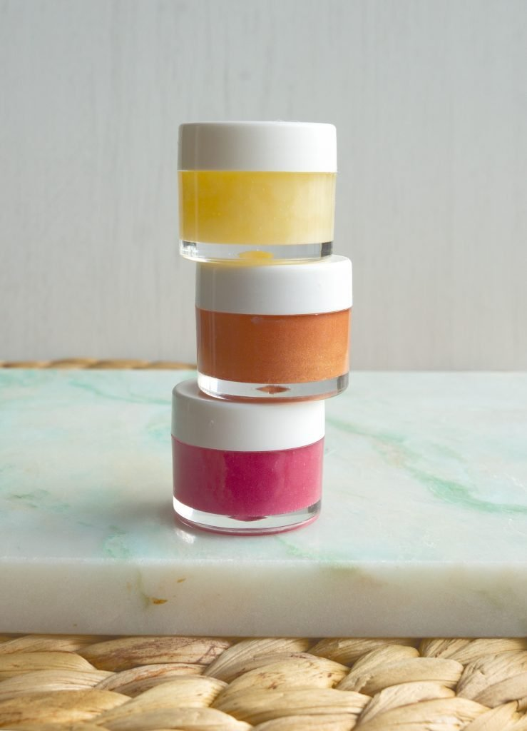 How To Make your own vegan beauty products like this pretty shiny DIY vegan lip gloss! This easy to follow step by step recipe shows you how to make a vegan alternative for regular drugstore and high end brand non vegan beauty items. Tutorial by The Makeup Dummy #diybeauty #veganbeauty #veganlifestyle #diygiftideas #crueltyfreecosmetics #chemicalfreecosmetics #zerowaste #homemadebeautyproducts