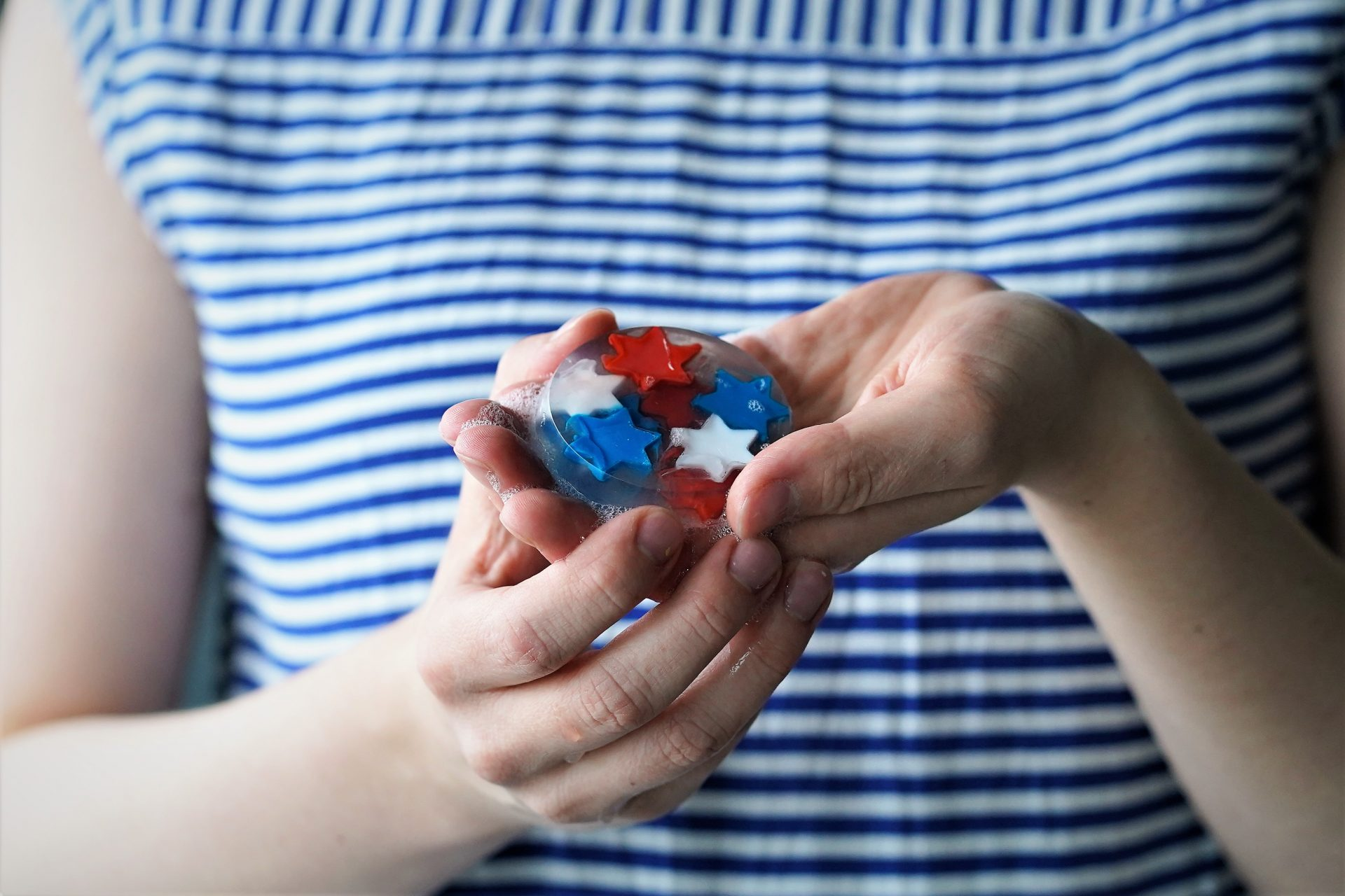 Create fireworks in your bathroom! With this easy 4th of July craft tutorial you make your own melt and pour soaps with red white and blue stars. The step by step DIY is so easy that you can make it as a patriotic kids activity or even just for adults! These make great party favors or a subtle surprise for your fourth of July guests in your bathroom! By The Makeup Dummy #kidscrafts #kidsactivities #fourthofjulycraft #4thof july
