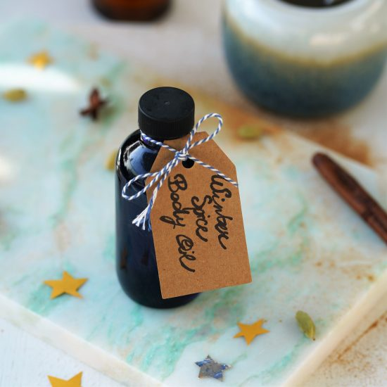 Wow, this is such a cute and easy DIY Christmas gift idea! It's just a lovely moisturizing carrier oil infused with delicious smelling winter spices like cinnamon, anise, vanilla and cardemom. Easy holiday present craft by The Makeup Dummy